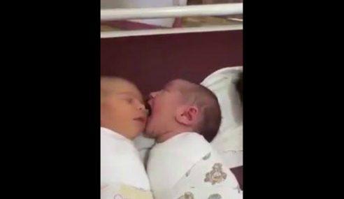 VIDEO : Bayi Ini Lapar, Pipi Kawan Sebelah Jadi Mangsa