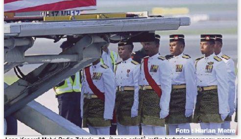 Anggota Tentera Terharu Usung Jenazah Bapa Saudara Sendiri…