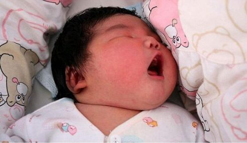 Wanita Lahirkan Bayi Seberat 6.3kg Di China
