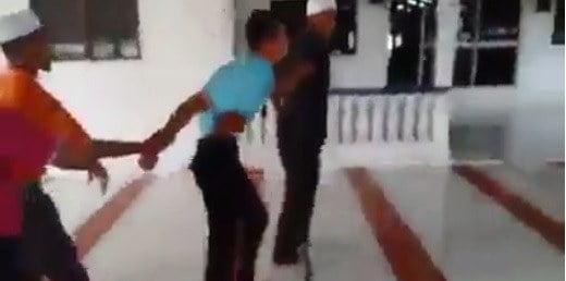 VIDEO: Lelaki Kantoi Curi Duit Dalam Tabung Masjid