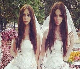 Pengantin Pelik, Kedua-Dua Pakai Gaun Wanita