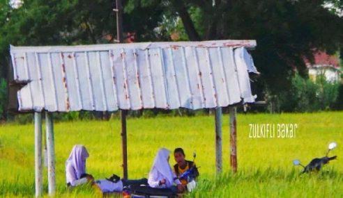 GAMBAR: Budak Sekolah Syok Bercengkarama Tengah Bendang