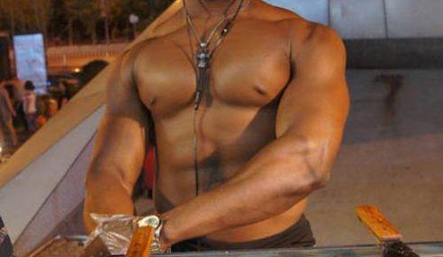 Lelaki Negro 'Topless' Jadi Daya Penarik Gerai Burger Di China