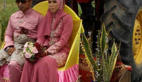 Pasangan Pengantin Diarak Dengan Traktor Pembajak Sawah