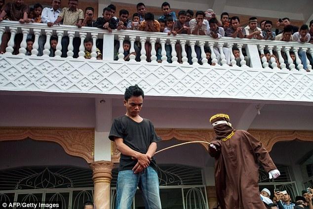 Akibat Berjudi, 8 Lelaki Dihukum Rotan Dikhalayak Ramai