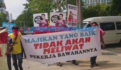 """Penyokong Saiful Bukhari Pesan """"Anwar, Jangan Tinggal Solat"""""""