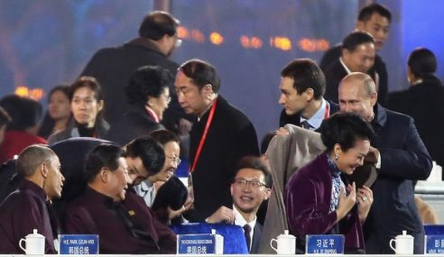 Visual Putin Sarungkan Jaket Ke Isteri Xi Jinping Jadi Viral