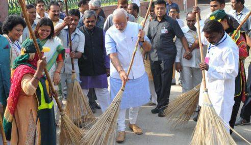 Politikus India Kantoi Berlakon Sapu Sampah