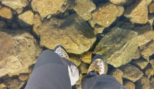 VIDEO : Berjalan Di Atas Air Tasik Beku Yang Jernih Di Slovakia
