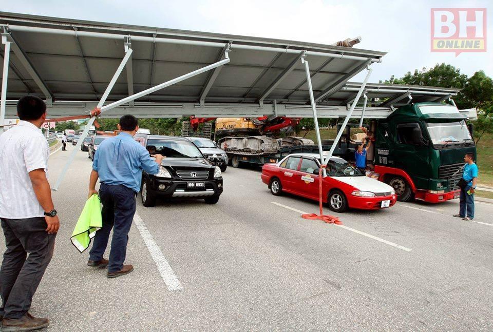 GAMBAR: 'Billboard' Hempap Kepala Treler Di Putrajaya