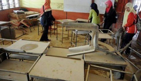 Pasca Banjir: Guru Bantu Bersih Sekolah