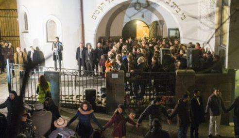 1,000 Remaja Muslim Lindungi Kuil Yahudi Di Norway