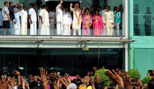 Najib, Rosmah Luang Sejam Bersama Masyarakat Hindu