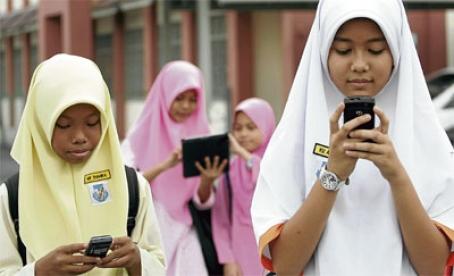 Pelajar Perempuan Masa Kini Didapati Ketagih Telefon Bimbit