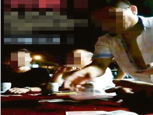 VIDEO: Berjudi Tak Butang Baju, Adun DAP Balakong Ke Tu..?