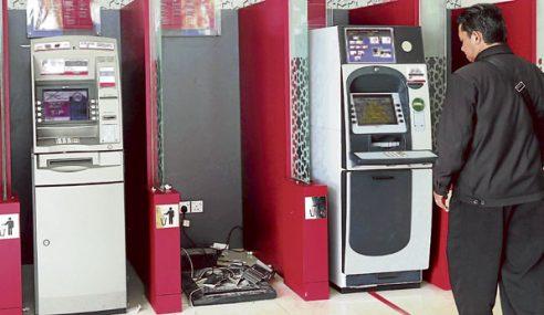 Peniaga Ayam Pecah Mesin ATM Dengan Tukul & Pahat
