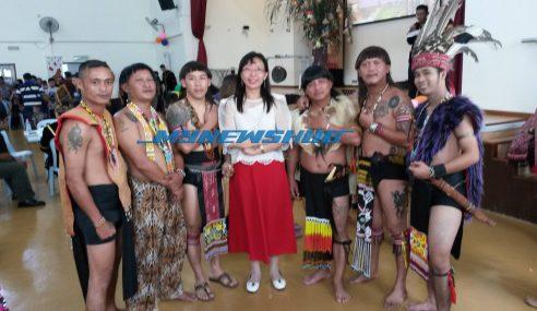 Nak Perli Etika Berpakaian, Teresa Kok Perguna Kostum Tradisi Iban