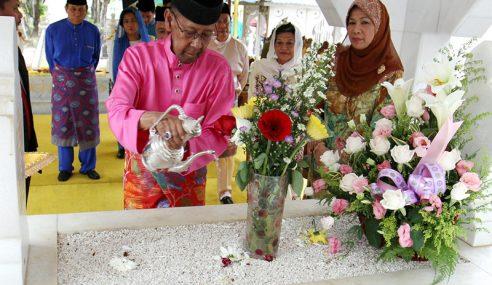 Sultan Abdul Halim Ziarah Makam Diraja Langgar