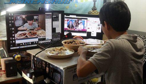 Hanya Makan Depan Webcam, Remaja Ini Kaut RM6,399 Sehari!