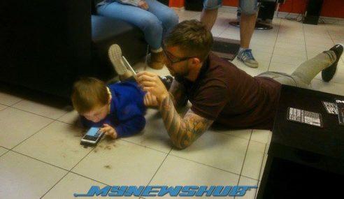 Lelaki Meniarap Atas Lantai, Pujuk Budak Autisma Potong Rambut
