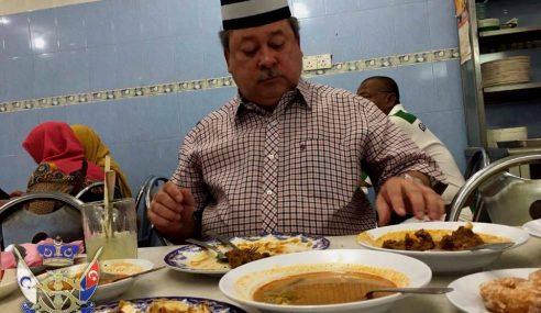 Gambar: Sultan Johor Makan Kedai Biasa, Siap Belanja Rakyat