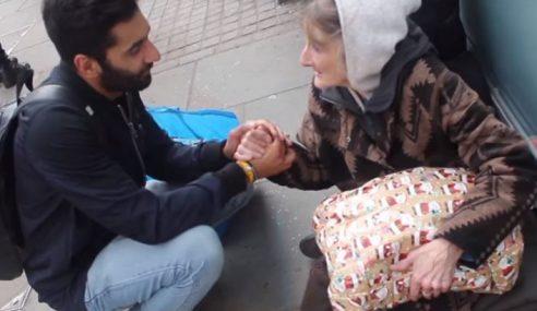 Lelaki Muslim Beri Hadiah Krismas Kepada Gelandangan