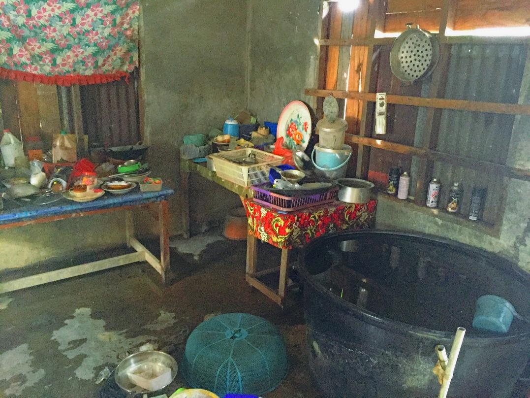 Keadaan dapur dalam rumah Zainal yang cukup daif.