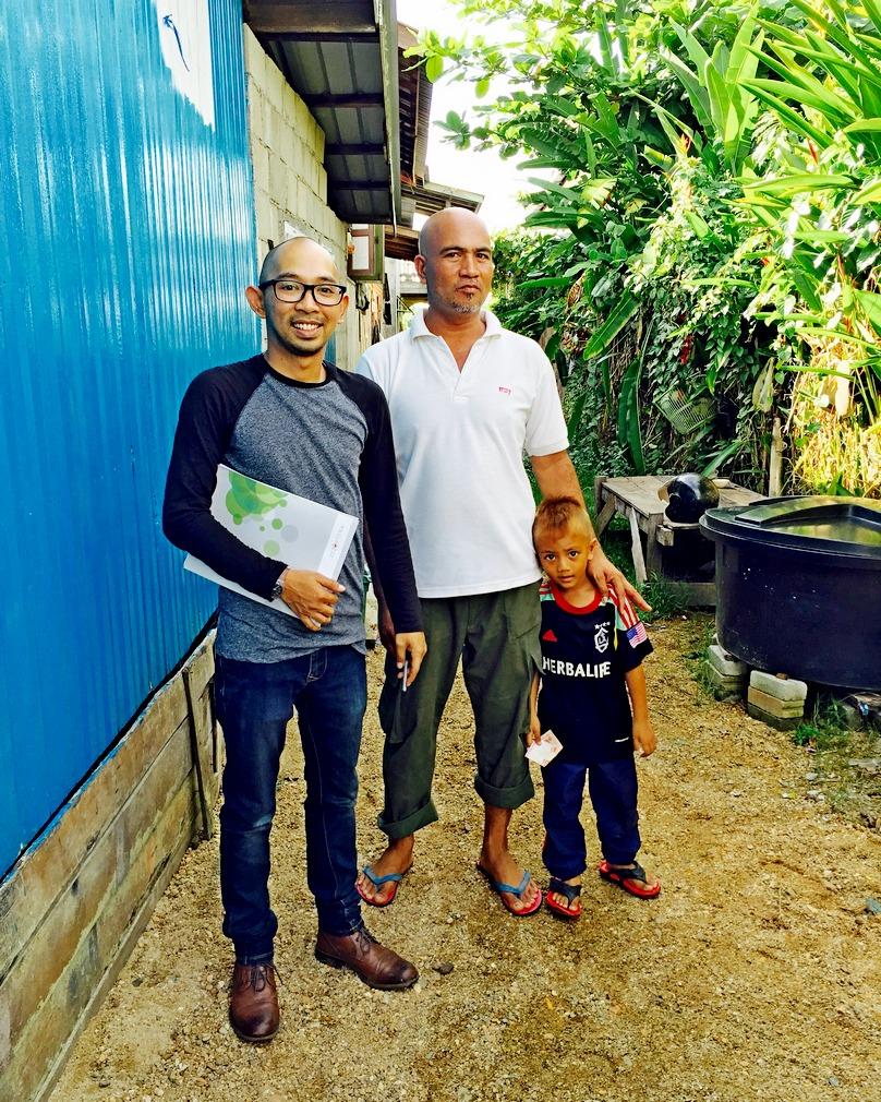 Zainal (kanan) bersama anak bongsunya,