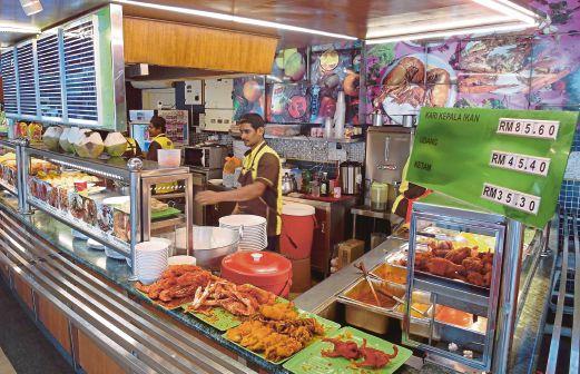 Restoran mamak di Selera Putra, Putrajaya memaparkan harga udang galah serta makanan lain.