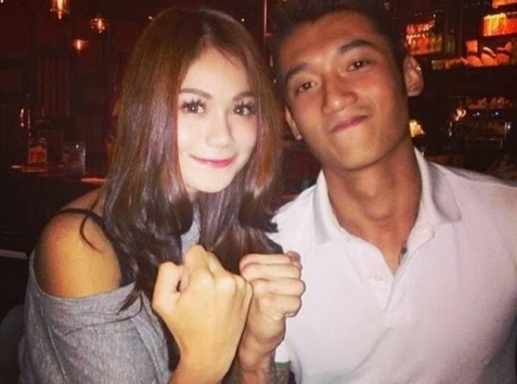 Ketika berbahagia bersama bekas kekasihnya, Hans Wong.