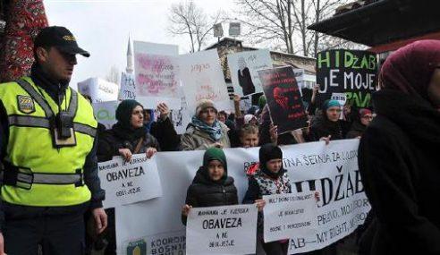 Wanita Bosnia Bantah Larangan Guna Hijab