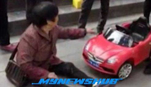 Nenek Mahu Pampasan Selepas Dilanggar Kereta Mainan