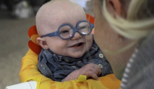 Bayi Senyum Comel Kali Pertama Dapat Lihat Jelas Ibu