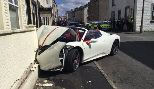 Ferrari Pengantin Remuk Langgar Tembok Bangunan