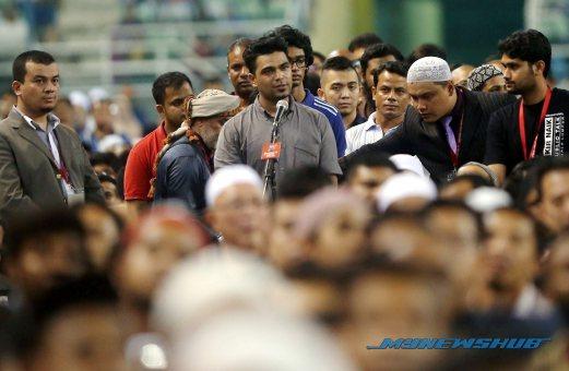 KUALA LUMPUR 16 APRIL 2016. Warga India, Harinder Pal Singh, 23, melafazkan syahadah ketika ceramah Pendakwah antarabangsa, Dr Zakir Naik di Stadium Hoki Bukit Jalil. NSTP/MOHAMAD SHAHRIL BADRI SAAI
