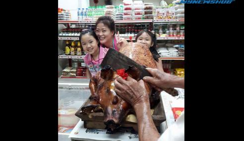 Babi Panggang Cemari Pasar Mini Kegemaran Penduduk Parit