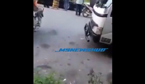 Video: Power Pakcik Ni, Sekali Tumbuk Lawan Terus 'K.O'