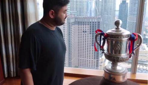 Video: Aksi TMJ Dan Trofi Piala FA Cuit Hati Netizen