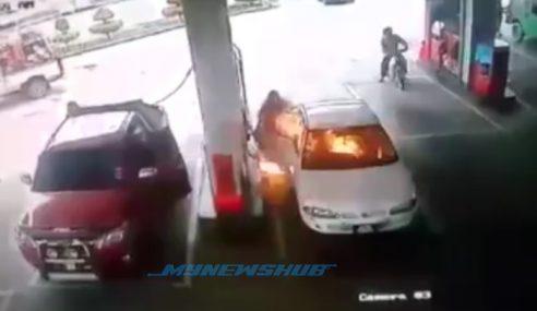 Video: Bahana Main Pemetik Api, Kereta Disambar Api