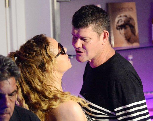 Mariah Carey Mainkan Lagu Sendiri Saat Memasuki Restoran