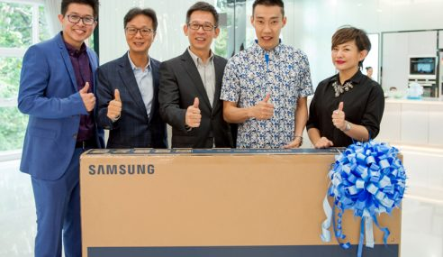Samsung Hadiahkan Chong Wei TV Lengkung SUHD