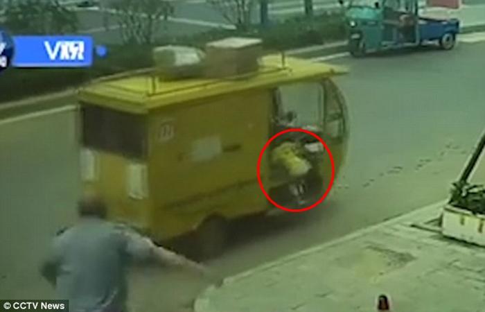 Budak Pandu Trak Hantar Barang Rempuh SUV