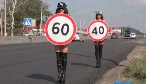 Wanita Separuh Bogel Kempen Keselamatan Jalan Raya