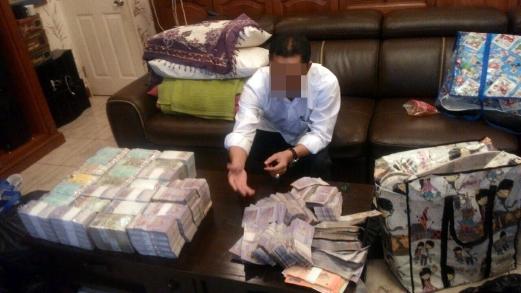 Wang RM10 juta yang dirampas SPRM daripada seorang pegawai kanan sebuah jabatan kerajaan di Sabah, semalam.