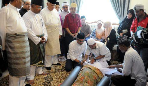 Jenazah Tan Sri Abdul Aziz Tapa Selamat Dikebumikan