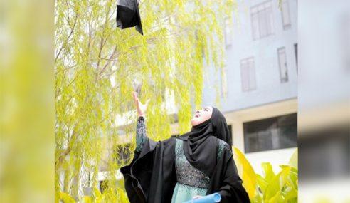 Tahniah, Elfira Loy Tamat Pengajian Diploma Di KDU