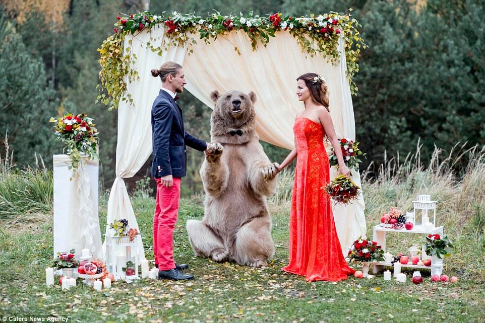 Beruang Jadi 'Tok Kadi' Perkahwinan Pasangan Ini