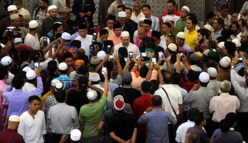 Sultan Muhammad V Tunai Solat Jumaat Di Masjid Negara