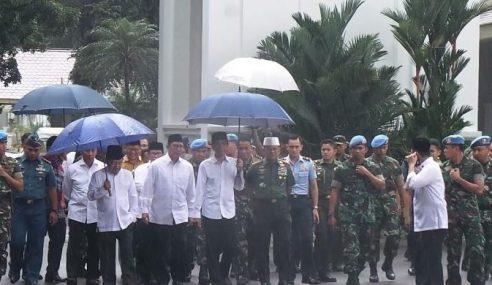 Kecoh Jokowi Berhujan Solat Jumaat Di Monas Elak Rusuhan