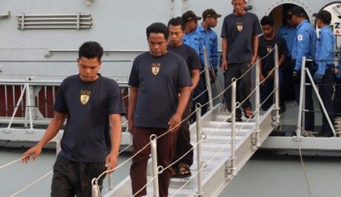 TLDM Selamatkan Nelayan Indonesia Terbakar Bot